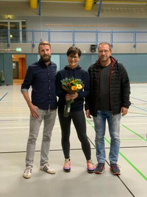 Vorstandsmitglied Matthias Jung (links) bedankt sich bei Isabel (mitte) für die geleistete Arbeit