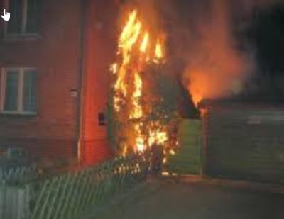 Beispielbild: Müll brennt an Gebäude