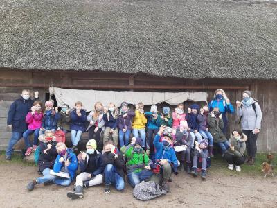 Foto zur Meldung: Die Klasse 4 besucht die Wikingerhäuser von Haithabu