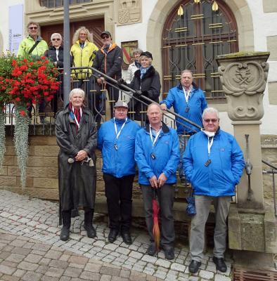 """Bürgerbusfahrer und Partnerinnen vor dem Museum """"Alte Universität"""", Links oben: Reinhard Ihle vom Heimatverein Eppingen"""