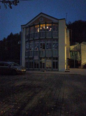 Schule beleuchtet