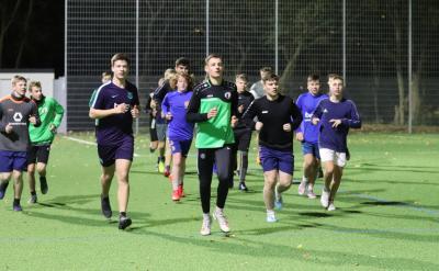 In den Trainingseinheiten und Wettkampfspielen legt Torben Kühl ( grünes Trikot ) eine hohe Einsatzbereitschaft an den Tag