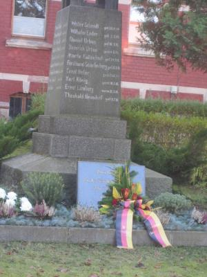 Vorschaubild zur Meldung: Kranzniederlegung am Kriegerdenkmal