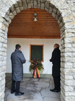 Kranzniederlegung durch BM Fallenbüchel (links im Bild) und Pfarrer Kurz