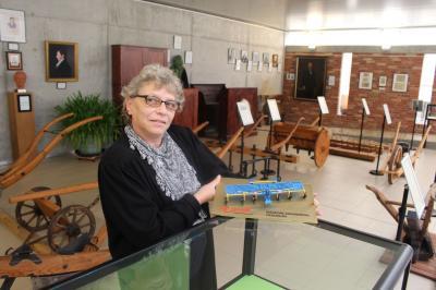 Im Ausstellungsraum: Heike Gräfe, Hüterin der Thaer-Gedenkstätte in Möglin, hat gerade als neuestes Exponat für die Sammlung das Modell einer modernen Egge (im Fachausdruck Präzisions-Striegel) erhalten, das sie nun einsortiert. (Foto: Th. Berger)
