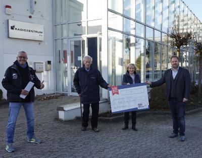 """Vorschaubild zur Meldung: Spende von """"R.SH hilft helfen-Stiftung"""" 7.500 Euro für """"Kids in die Clubs"""""""