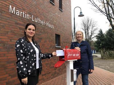 Foto zur Meldung: 720 Briefe gegen Einsamkeit: Kirchengemeinde befüllt täglich den Adventspostkasten