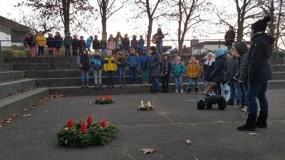 Foto zur Meldung: Adventssingen auf dem Schulhof