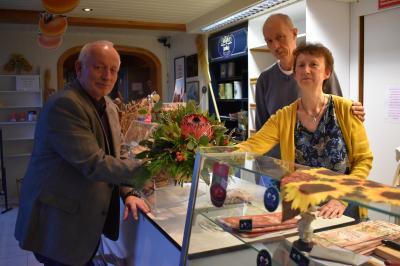 Bürgermeister Helmut Seyer (l.) verabschiedete Bäckermeister Fred Giere und Ehefrau Petra in den Ruhestand. (Foto: Dénise Schulze/SVZ)