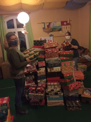 Foto zu Meldung: 423 Päckchen von Elbe-Elster unterwegs nach Osteuropa - Weihnachten im Schuhkarton mit neuer Höchstzahl