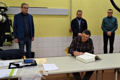 Foto zur Meldung: Wolfgang Schimmel trug sich in das Ehrenbuch ein