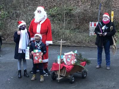 Vorschaubild zur Meldung: Weihnachtsmann überrascht Turnkinder