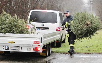 Foto zur Meldung: Sammelleidenschaft: Die Feuerwehr kassiert Passiven-Beiträge und Weihnachtsbäume ein