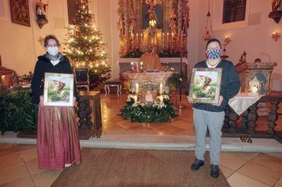 Foto zur Meldung: Organistin Ulrike Altmann und Solosängerin für jahrelange musikalisches Engagement nach der Christmette am 24.12.2020 gedankt