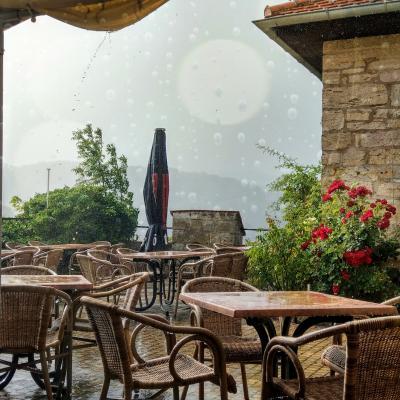 Regenschauer im Terrassencafé Niederburg
