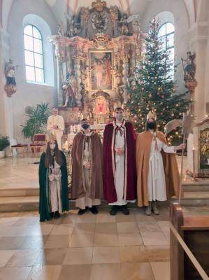 Vorschaubild zur Meldung: Sternsinger trugen bei den Gottesdiensten an Dreikönig in der Pfarreiengemeinschaft Moosbach, Prackenbach-Krailing zumindest den Sternsingerspruch auf.