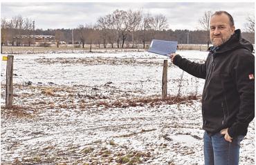 """Auf dieser Wiese wird in diesem Jahr das neue Baugebiet """"An der Neustädter Straße"""" in Groß Laasch entstehen. Wie Bürgermeister Markus Lau erklärt, sind die meisten Grundstücke bereits reserviert. Foto: Schulze"""