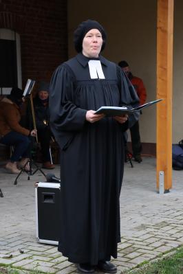 Pfarrerin Michels begrüßte die Dorfbewohner