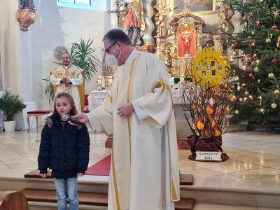 Foto zur Meldung: 13 Erstkommunionkinder aus der Pfarreiengemeinschaft Moosbach-Prackenbach-Krailing stellen sich bei den Gottesdiensten am 31.01.2021 der Pfarrgemeinde vor