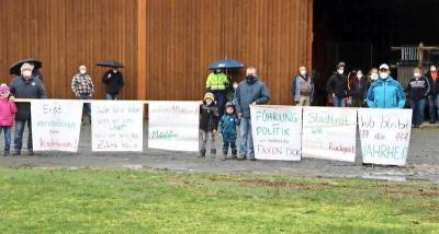 Wir demonstrierten gegen die Schließung des westlichen Bahnübergangs