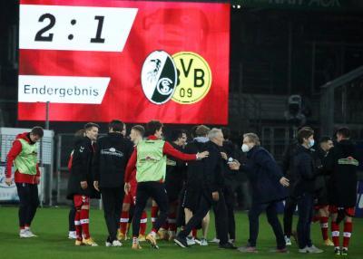 Ein  Bild für die Ewigkeit: Freiburg feierte mit 2:1 Toren den ersten Sieg seit dem Amtsnantritt von Trainer Christian Streich - Foto: Joachim Hahne  / johapress
