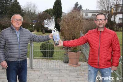 Onetz, Konrad Rosner - Mit Abstand gratulierte FC-Vorsitzender Harald Siegert (rechst) Josef Trißl zu seinem 70. Geburtstag. Der Jubilar prägte den FC Tirschenreuth wie wohl kein anderer.