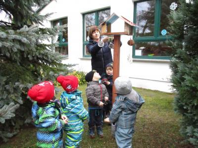 Auf dem Foto ist unsere neue Mitarbeiterin Frau Petra Schwaß mit den Zwillingen Elya und Noah sowie mit Piet, Paul und Logan zu sehen.