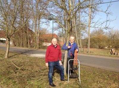 Hans-Werner Mau (r.) und Bürgermeister Helmut Seyer hoffen auf eine positive Obsternte auch in diesem Jahr