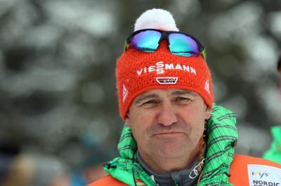 Bundestrainer Hermann Weinbuch konnte nicht zufrieden sein mit dem Abschneiden seiner Athleten beim Springen von der Großschanze - Foto: Joachim Hahne / johpress