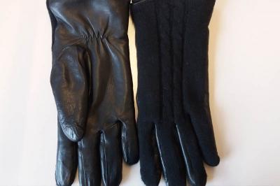 Schwarze Handschuhe im Bürgerbüro gefunden