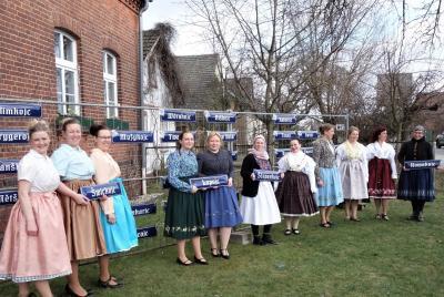 In Striesow/Strjažow wurden am Sonntag 52 Hofnamenschilder ausgegeben. Viele Frauen kamen in Arbeits- oder Alltagstracht, denn nicht nur die alten wendischen Hofnamen, auch das Tragen der Tracht ist Ausdruck der wendischen Identität.  (Foto: K. Möbes)