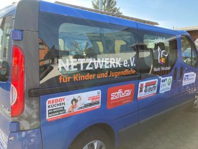Neue Gestaltung des Juki-Bus
