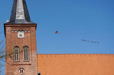 Der Osterflieger umflog die Kirche in Bornhöved schon am Ostersonntag 2020
