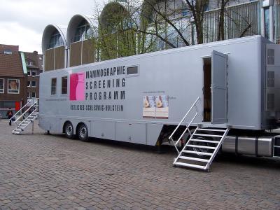 Foto zur Meldung: Brustkrebs frühzeitig erkennen: Das Mammobil kommt am 16. April nach Trappenkamp
