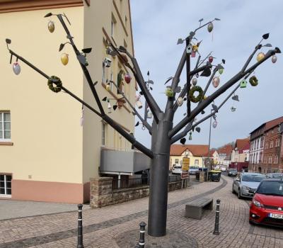 """""""Lebensthemenbaum"""" zum Osterfest geschmückt"""