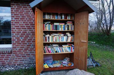 Foto zur Meldung: Wegen Überfüllung zwar nicht geschlossen, aber... - Neues von der Büchertauschhütte