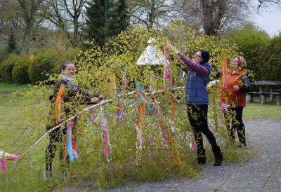 Die Damen vom Kulturausschuss schmückten den Maibaum in Göhlen (v.l. Ausschussvorsitzende Silke Klüß, Melissa Edling, Rosemarie Möller)