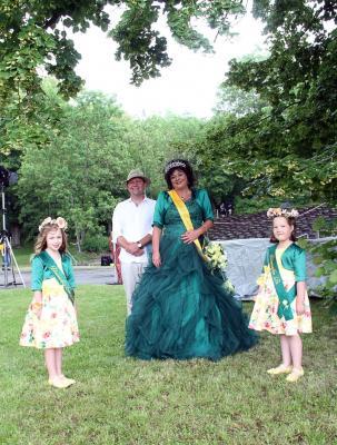 Foto: Kirsten Seyfarth (Bürgermeister Enno Dörnfeld, Rosenkönigin Jana, Blumenmädchen Enni-Lou und Pia)