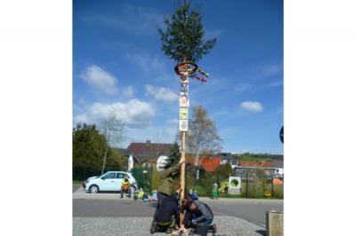 Foto zur Meldung: Maibaumsetzen Kita Zwergenland