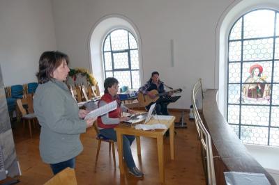 Foto zur Meldung: Seniorenkreis Prackenbach-Krailing bei feierlicher Maiandacht in der Pfarrkirche St. Georg