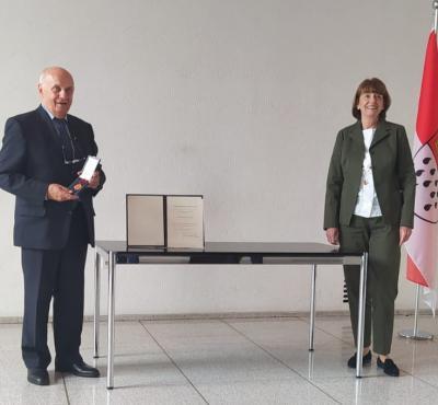 Foto zur Meldung: Verdienstmedaille  des Verdienstordens der Bundesrepublik Deutschland für ehemaligen Löschgruppenführer