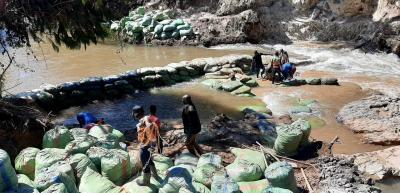 Der provisorische Damm aus Sandsäcken steht.