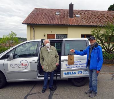 Werner Kirstetter war der 100ste Fahrgast zu einem Impftermin. Bürgerbusfahrer Jakob Prolic überreichte ein kleines Präsent mit Leckereien vom Weltladen