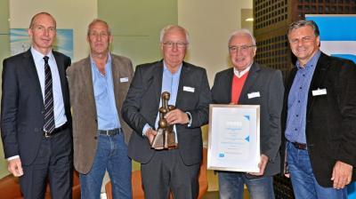 Union Velbert wurde 2019 mit dem Barmenia Fair Play-Preis ausgezeichnet: Peter Kurka nimmt den Pokal entgegen. Mit dabei sind Dr. Andreas Eurich (Barmenia), die Union-Vorstände Wolfgang Dielschneider und Dieter Blobel sowie Ex-Bundesliga-Trainer Falko Götz (v.l.). Barmenia