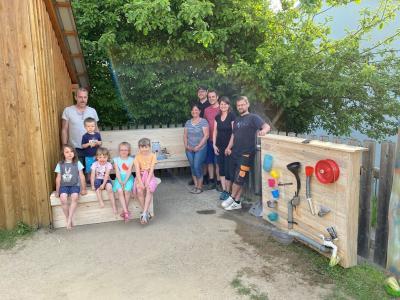 Foto zu Meldung: Eine neue Matschküche und ein Wasserspiel für den Kindergarten St. Johannes in Moosbach