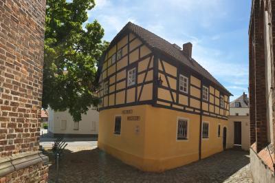 Das Calauer Heimatmuseum befindet sich unmittelbar neben der Evangelischen Stadtkirche. Foto: Matthias Nerenz