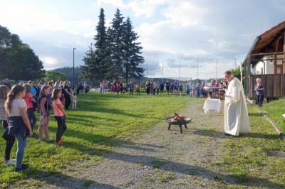 Foto zur Meldung: Beeindruckender Lagerfeuergottesdienst mit den Firmlingen auf dem SV-Gelände in Prackenbach mit Diakon Andreas Dieterle am 16.07.2021