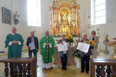 Foto zur Meldung: Ehrungen von drei Mitarbeitern in St. Georg Prackenbach am 18.07.2021 Thekla Holzapfel bereits über 25 Jahre Mesnerin