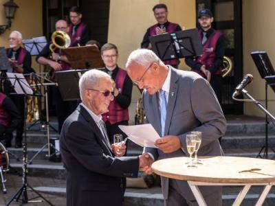 Bürgermeister Manfred Helfrich gratuliert dem Alters-Jubilar, Mitbürger Erwin Lachnit, zum 80. Geburtstag.