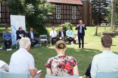 Der Landessorbenbeauftragte Tobias Dünow (stehend) zeigte sich bei der Projektpräsentation in Dissen begeistert davon, wie sehr die sorbische/wendische Sprache und Kultur von den Akteuren wertgeschätzt wird. Foto: K. Möbes